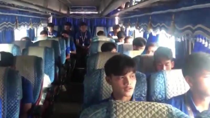 บรรยากาศ ทีมชาติไทย U19 เดินทางสู่สนามโอลิมปิค สเตเดียม ดวลเจ้าภาพ ทีมชาติกัมพูชา