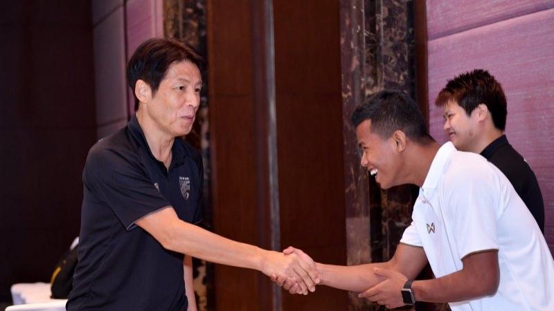 """บรรยากาศทีมชาติไทย ชุดใหญ่ รายงานตัวกับ """"อากิระ นิชิโนะ"""" ก่อนพบ """"มาเลเซีย - เวียดนาม"""""""