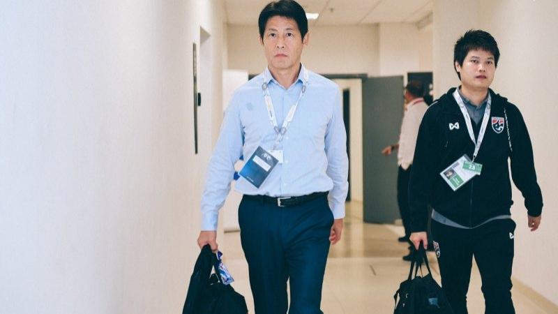 """ชมบรรยากาศ อากิระ นิชิโนะ นำ """"ทัพช้างศึก"""" ทีมชาติไทย เดินทางสู่สนาม ยูกิต จาลิล ก่อนเกมกับมาเลเซีย"""