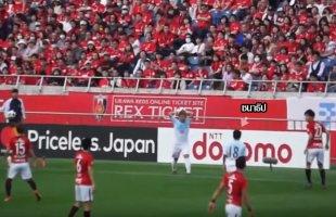 """มุมกล้องแฟนบอลญี่ปุ่น!! ช๊อตเก็บตก """"เจ ชนาธิป"""" ฉุนขาด งัดกับผู้เล่น อุราวะ เรด ไดมอนด์ส เสียงแฟนบอลฮือลั่นสนาม"""