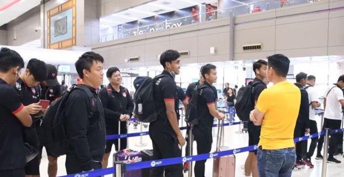"""ชมช๊อต ปฏิกิริยาแข้งเมืองทอง เมื่อจู่ๆเจอ """"ซิโก้"""" เกียรติศักดิ์ เสนาเมือง ระหว่างเดินทางที่สนามบิน"""